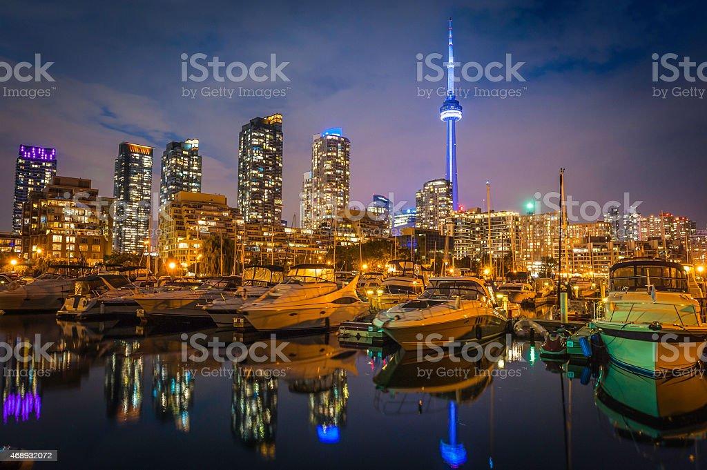 toronto la torre cn iluminado frente al mar al atardecer lago ontario canad