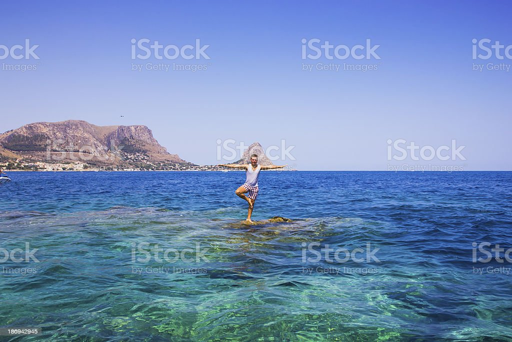 """Turista sulla roccia denominata """"La formica"""", foto stock royalty-free"""