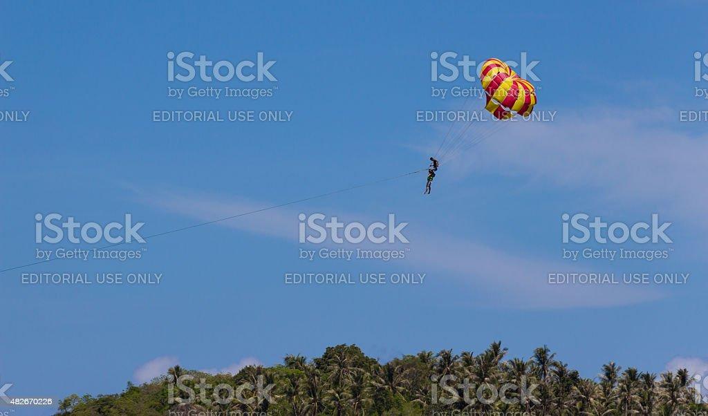 """Jogar parasail sobre a copa de árvore"""""""" foto royalty-free"""