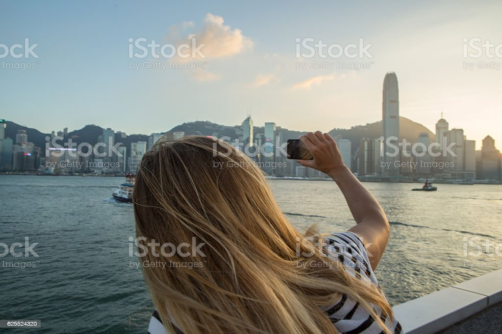 Tourist takes picture of Hong Kong using mobile phone – Foto