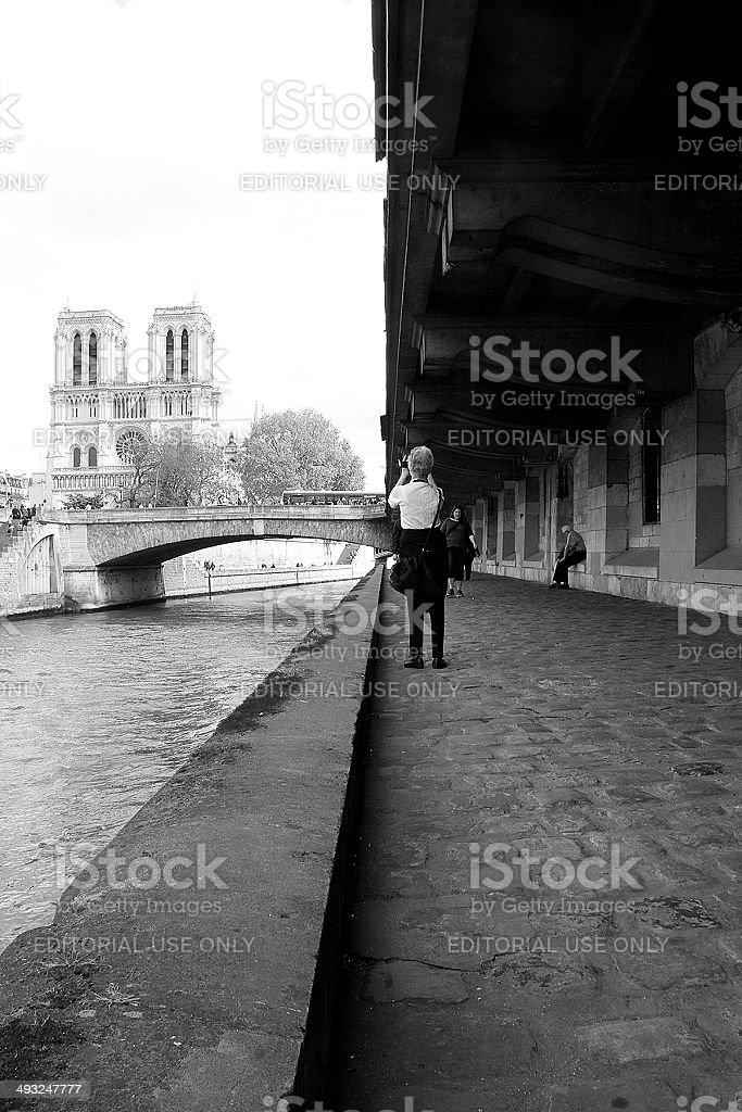 Turistiche, prendendo una foto di Notre-Dame foto stock royalty-free