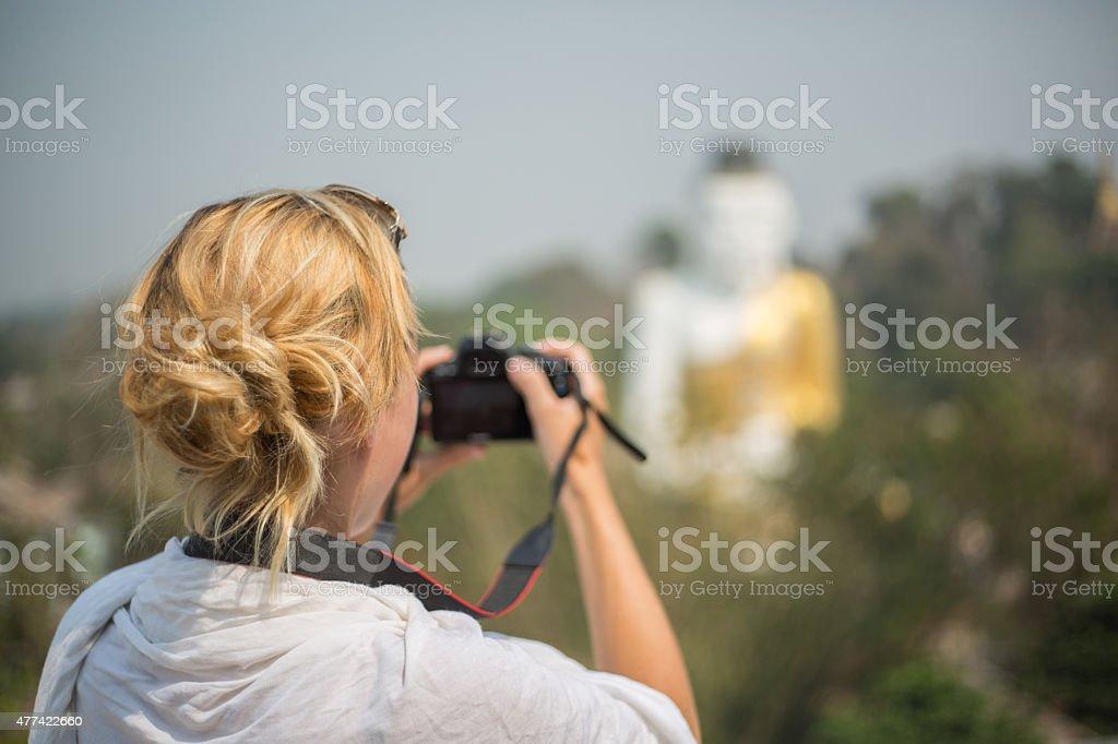 Tourist Frau nimmt Foto von Buddha in lotus position – Foto