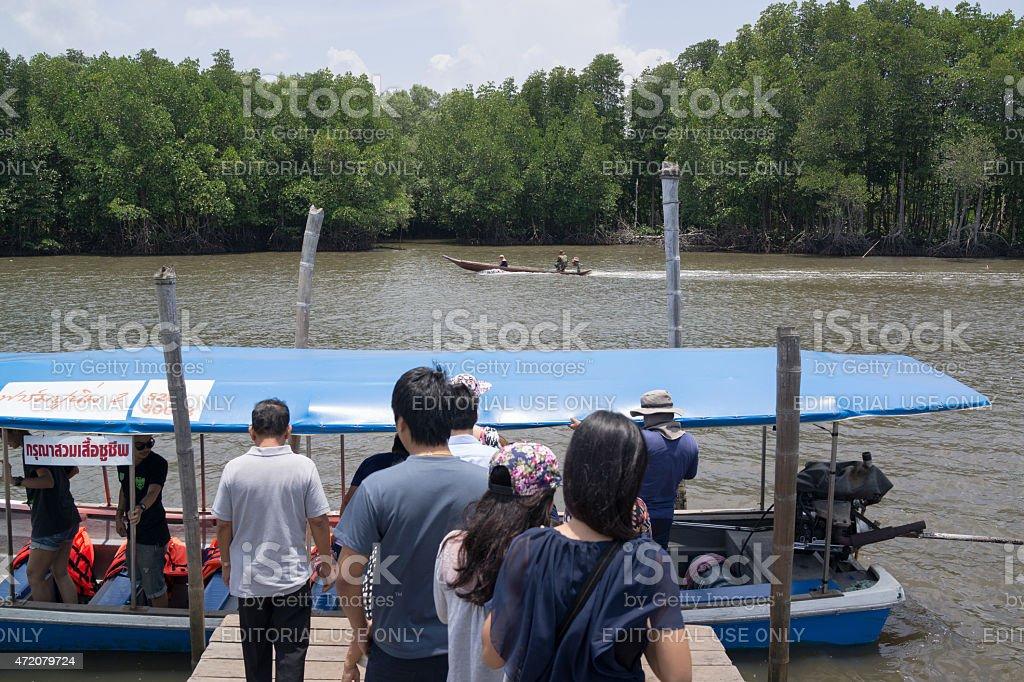 Les touristes se déplacer sur le bateau sur la rivière photo libre de droits