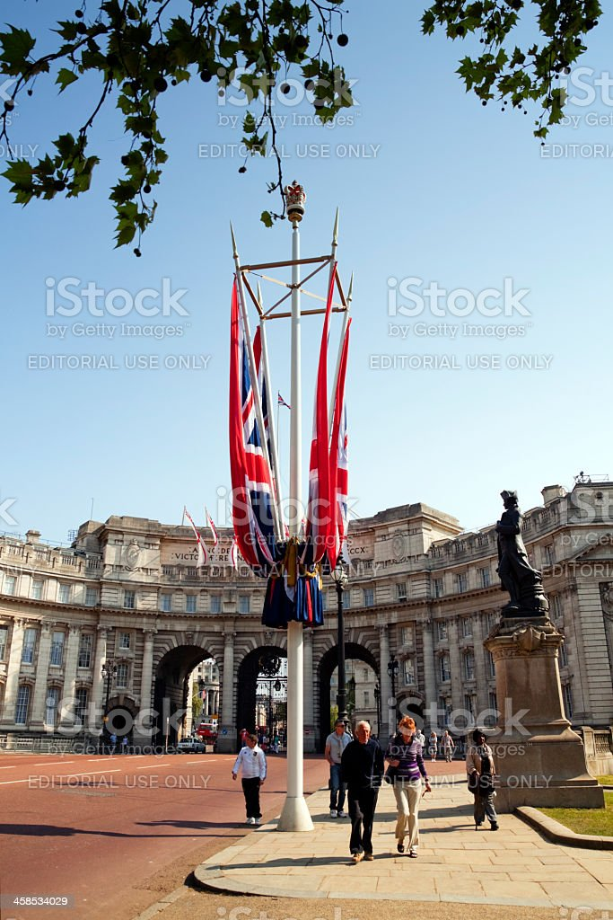 Tourists in The Mall with Admiralty Arch stock photo