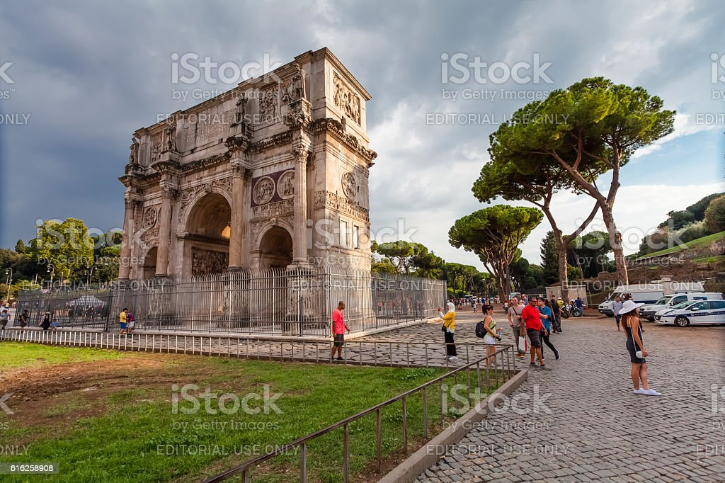 Tourists visiting The Arch of Constantine (Arco di Costantino) stock photo