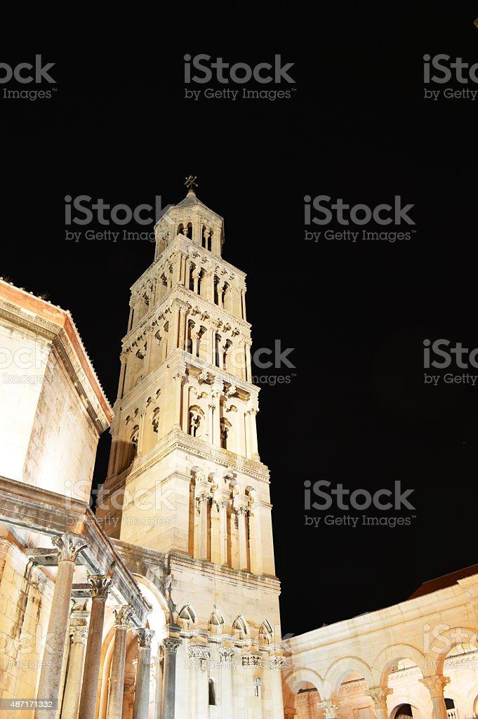 Torre de la catedral de Saint Duje dividido por la noche foto de stock libre de derechos