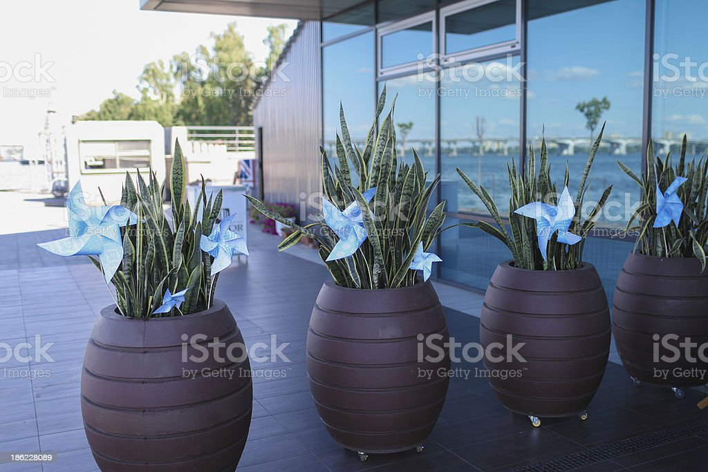Toy Windmühlen in einem flowerpot mit Blumen Lizenzfreies stock-foto