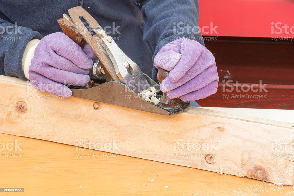 trabajador cepilla la madera photo libre de droits