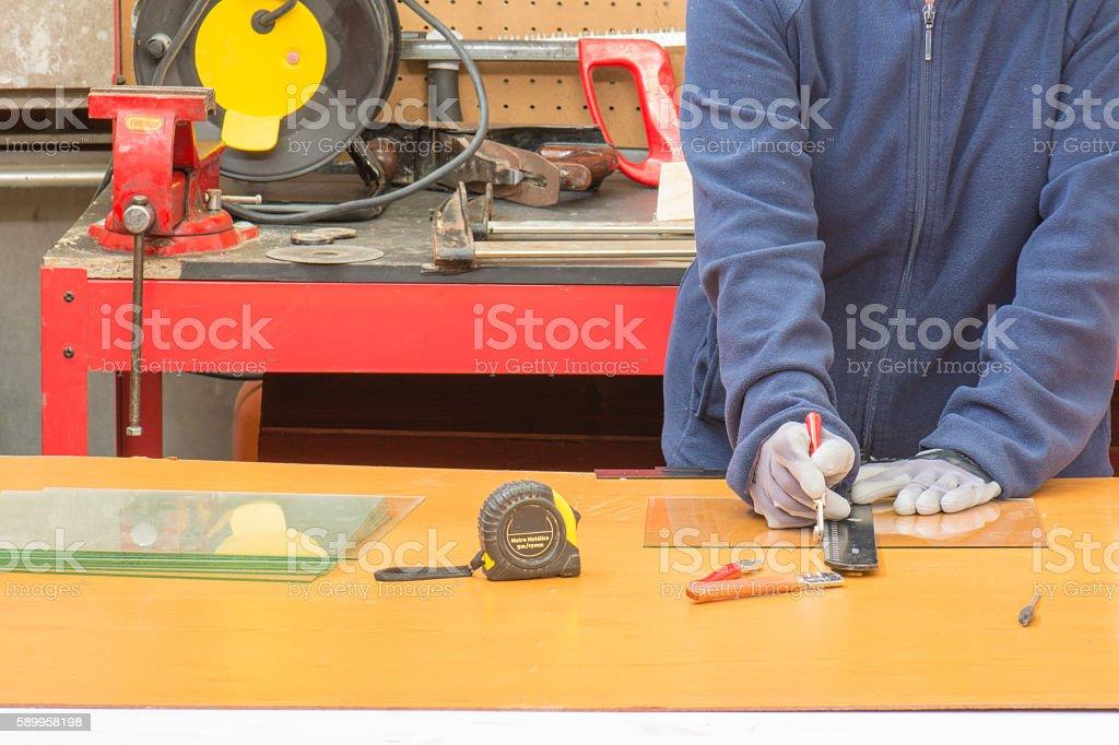 trabajador cortando cristal stock photo