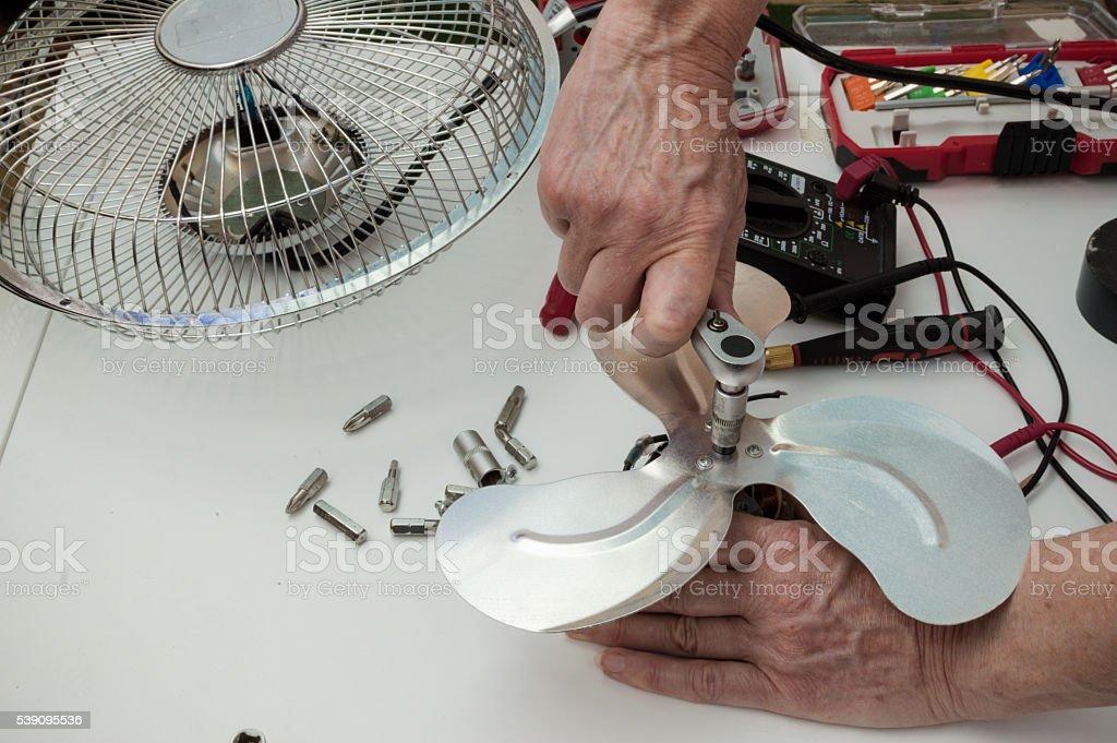 trabajador repara un ventilador photo libre de droits