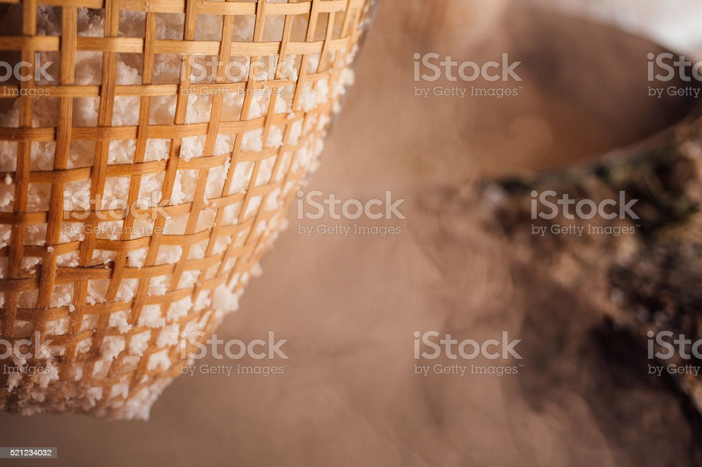 Традиционные вареной каменная соль решений отрасли Стоковые фото Стоковая фотография