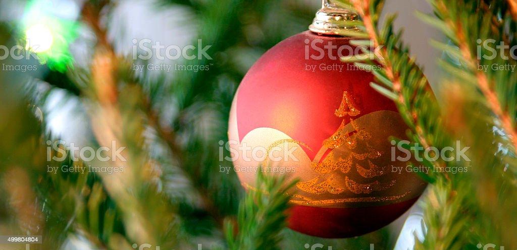 Tradicional bola de vidro de Bola de Árvore de Natal sobre a árvore de Natal foto royalty-free