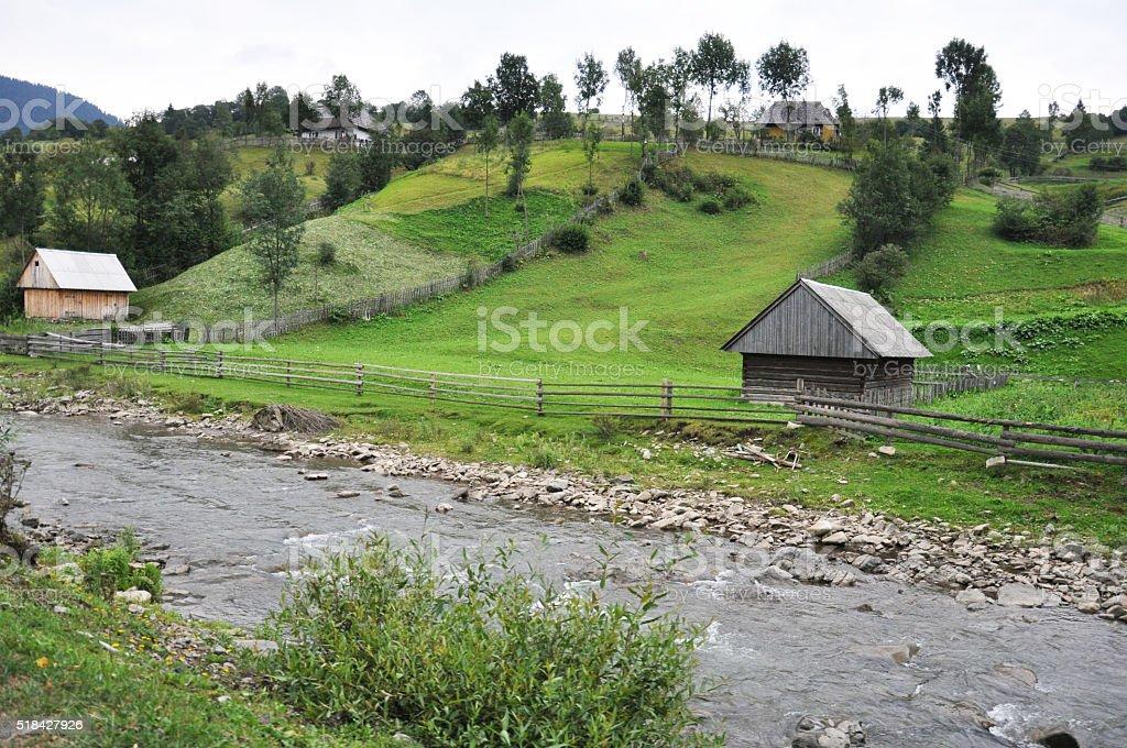 Tradicionales casas de pueblo en Cárpatos un las montañas foto de stock libre de derechos