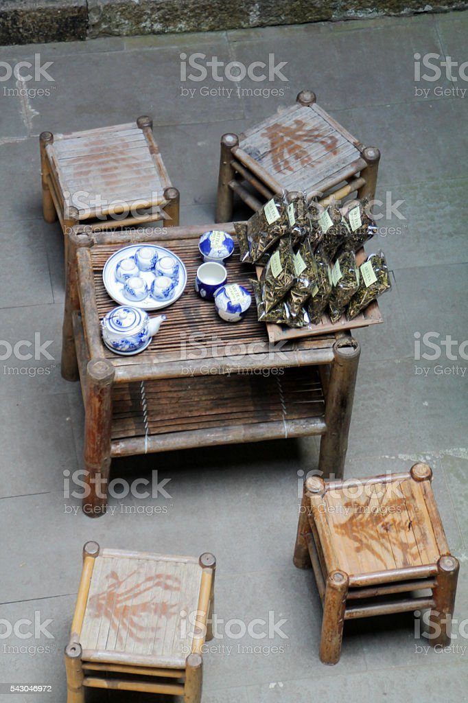 Traditional Vietnamese table and chairs ready for tea. photo libre de droits