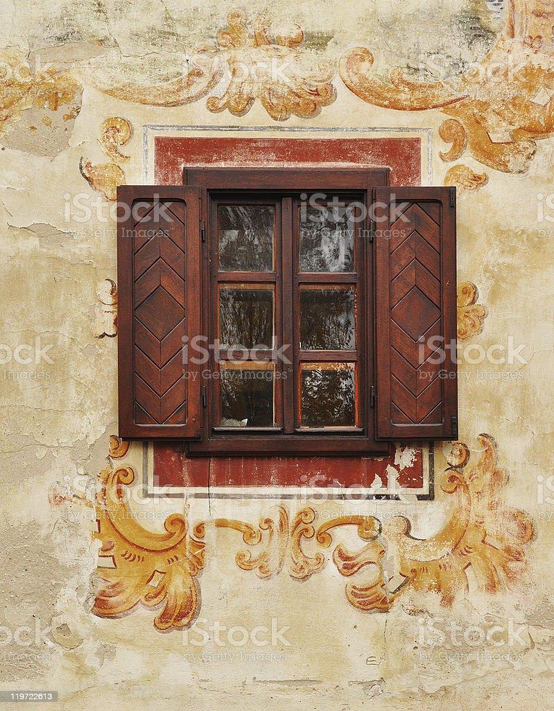 Traditionelle Fenster auf die Wand im Freien Lizenzfreies stock-foto
