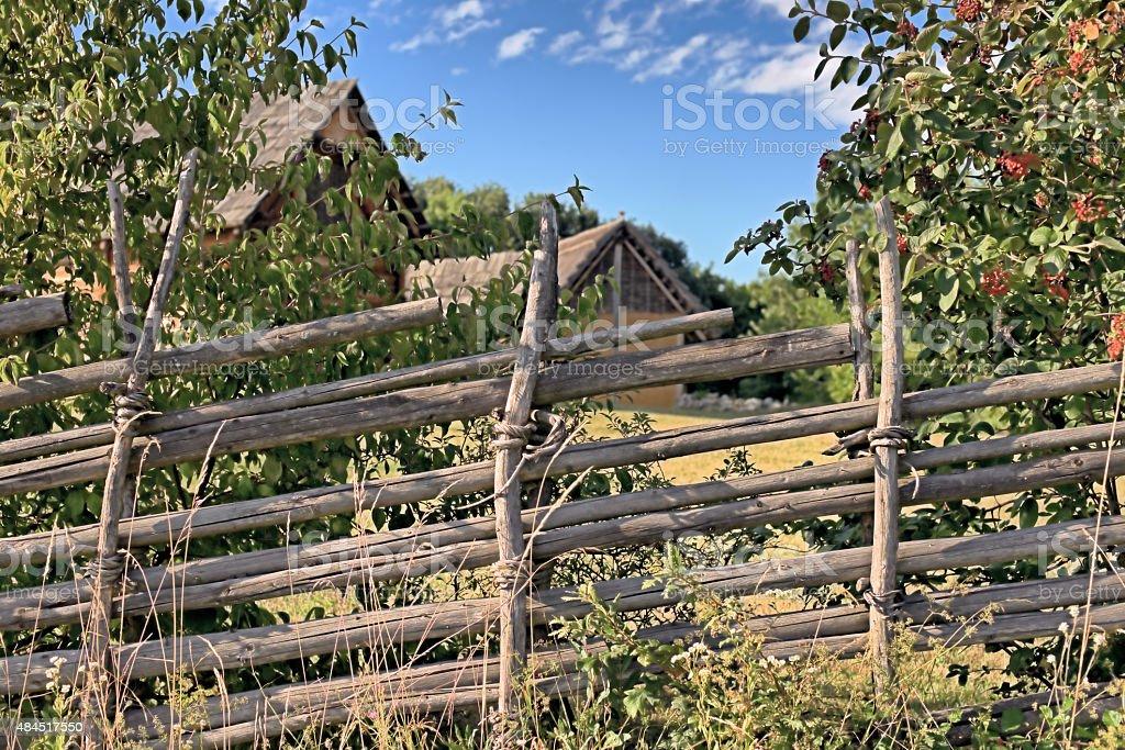 Traditioneller geflochtener Weidezaun aus Holz  mit Vogelbeerstr stock photo