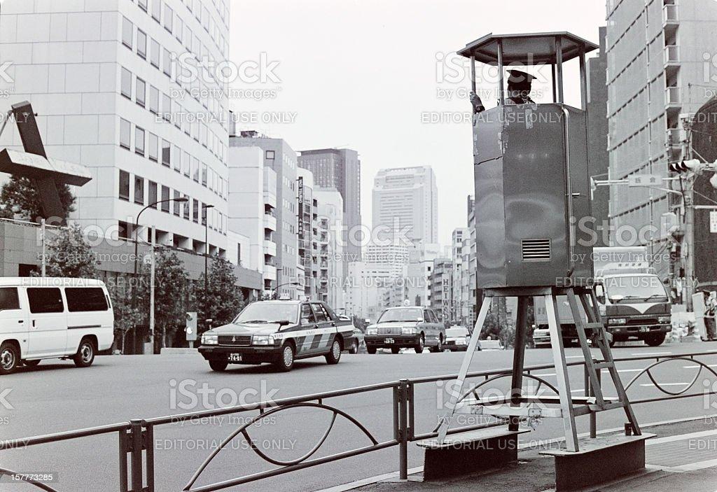 Verkehrspolizist ist auf Punkt duty in Tokio Lizenzfreies stock-foto