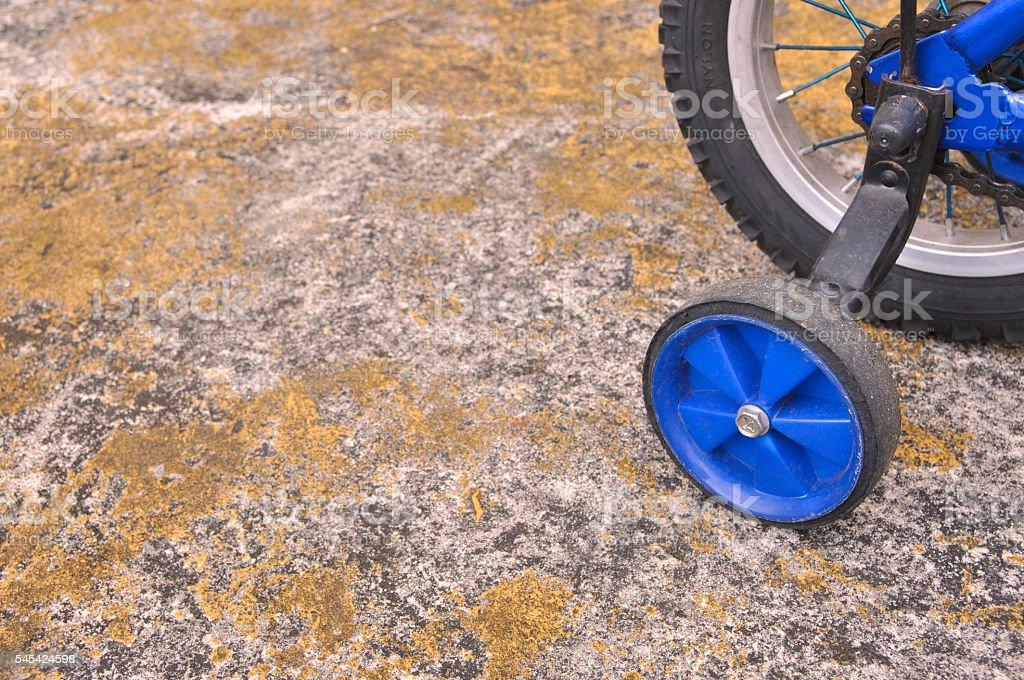 Training wheels on a blue children's bicycle foto de stock libre de derechos