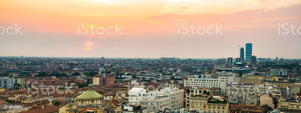 Tramondo sula città di Milano stock photo