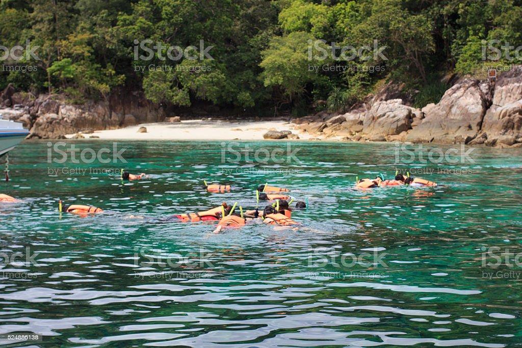Туристов носить оранжевый Спасательные жилеты плавание с дыхательной трубкой, спорт концепция-фон Стоковые фото Стоковая фотография