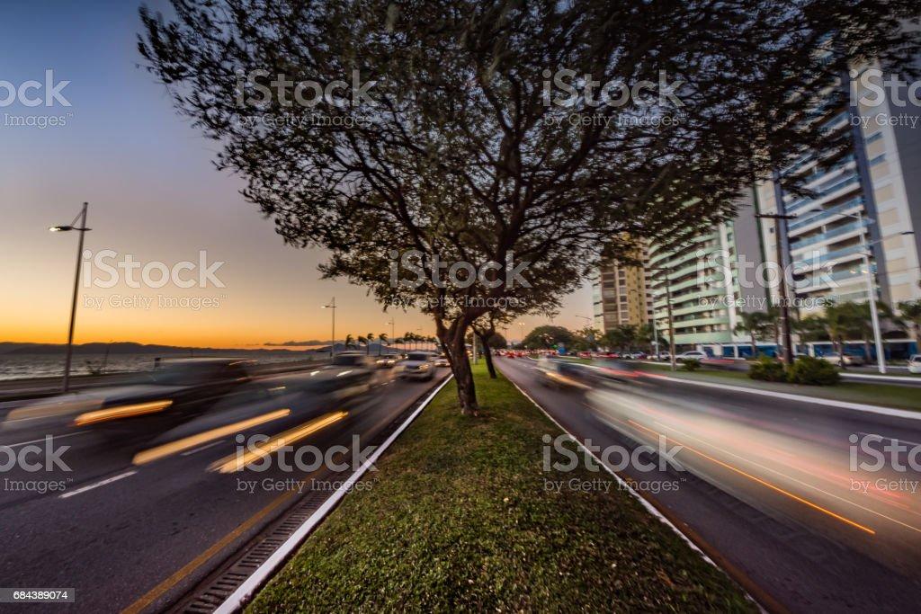 Tráfego de Carros em Longa Exposição stock photo