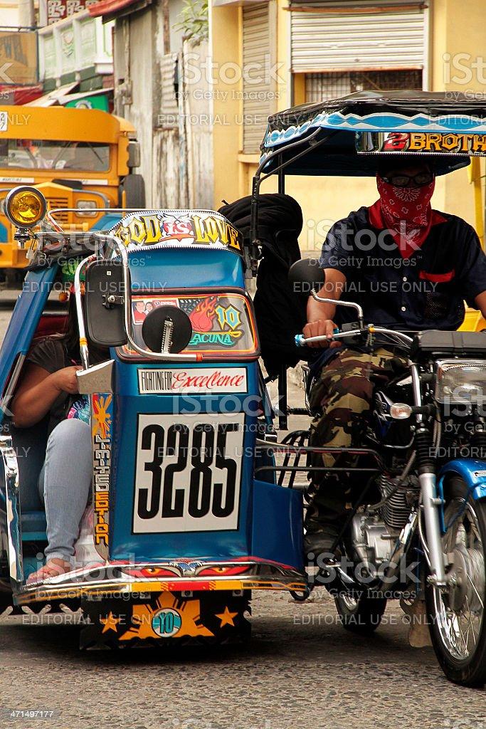 Tricicli di fronte a Jeepney, Filippine foto stock royalty-free