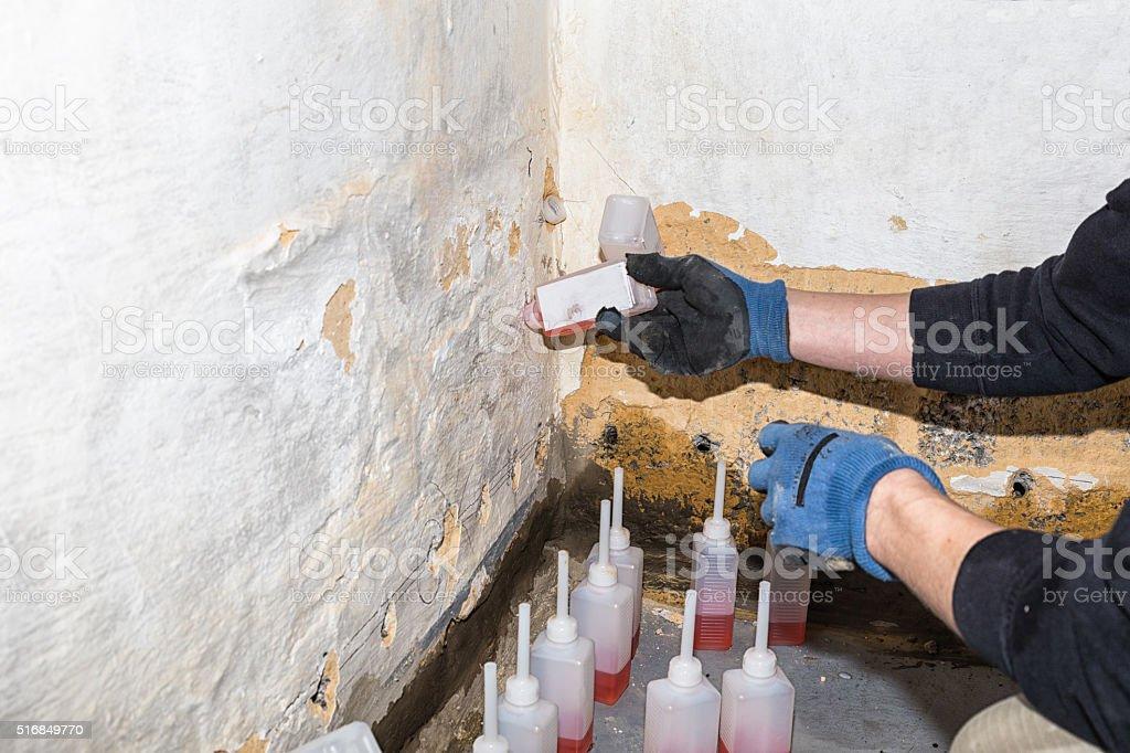 Trockenlegung von feuchtem Mauerwerk eines Kellers von innen stock photo