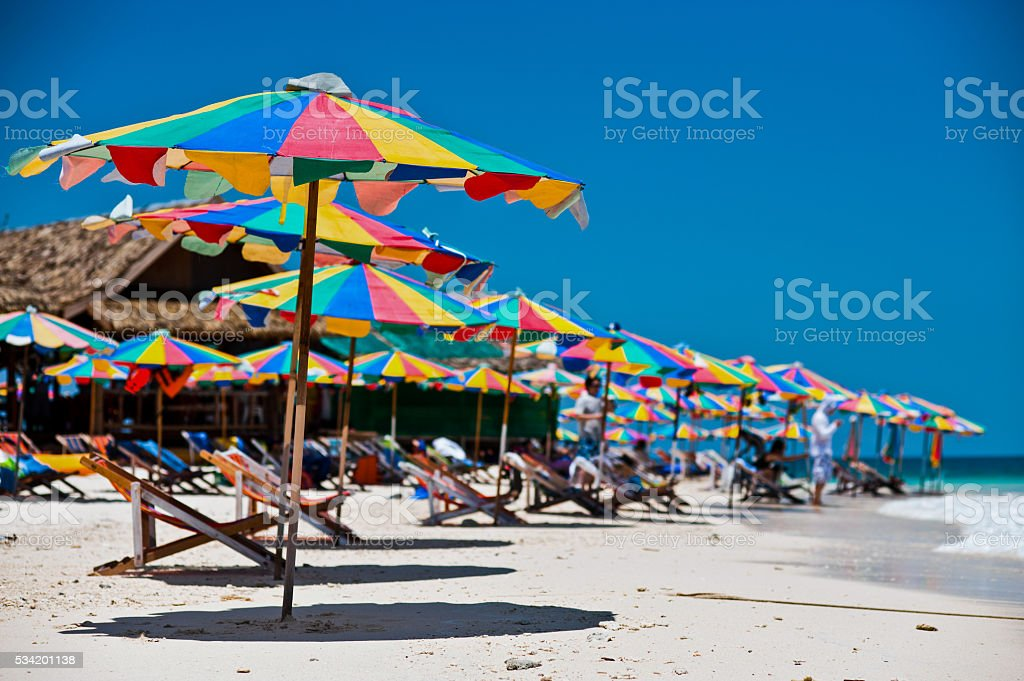 Tropikalny biały piasek Plaża arainst błękitne niebo. Wyspy Similan zbiór zdjęć royalty-free