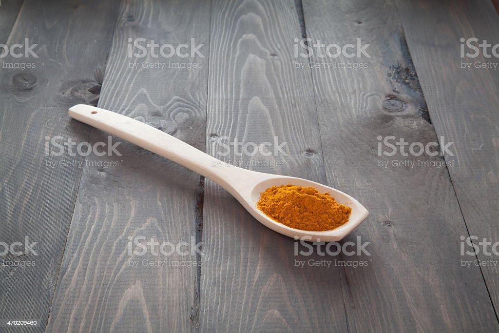 Cúrcuma en una cuchara de madera foto de stock libre de derechos