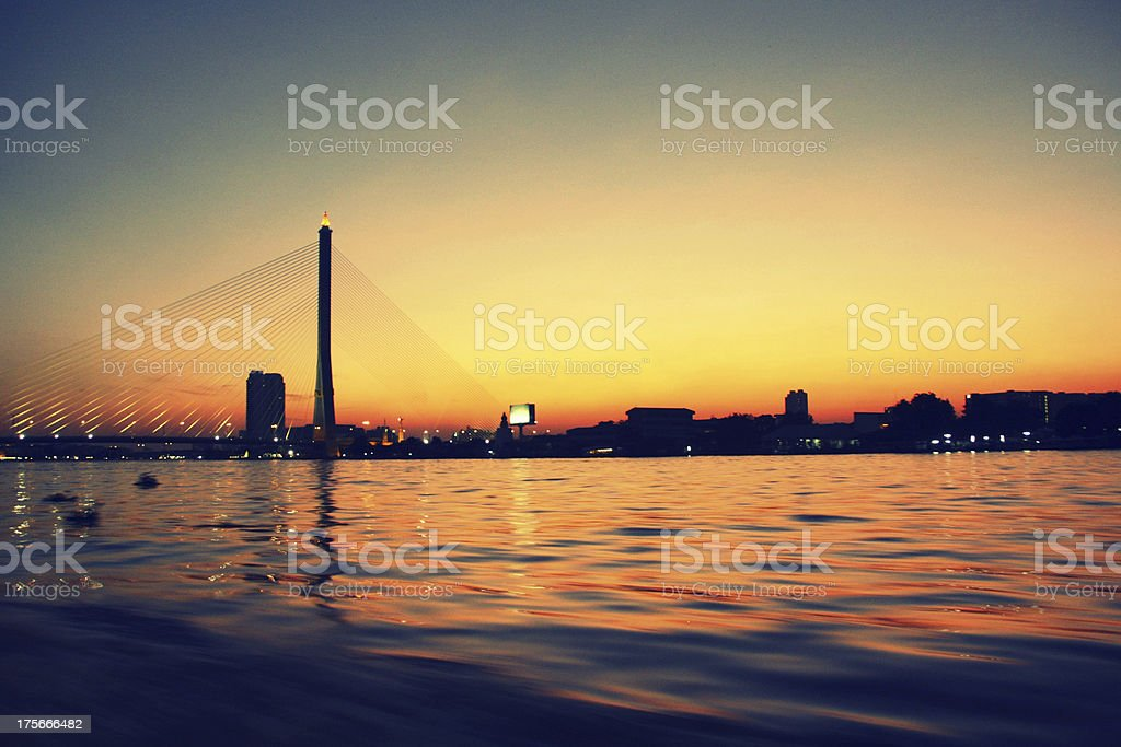 Crepúsculo em Ponte de Rama VIII foto de stock royalty-free