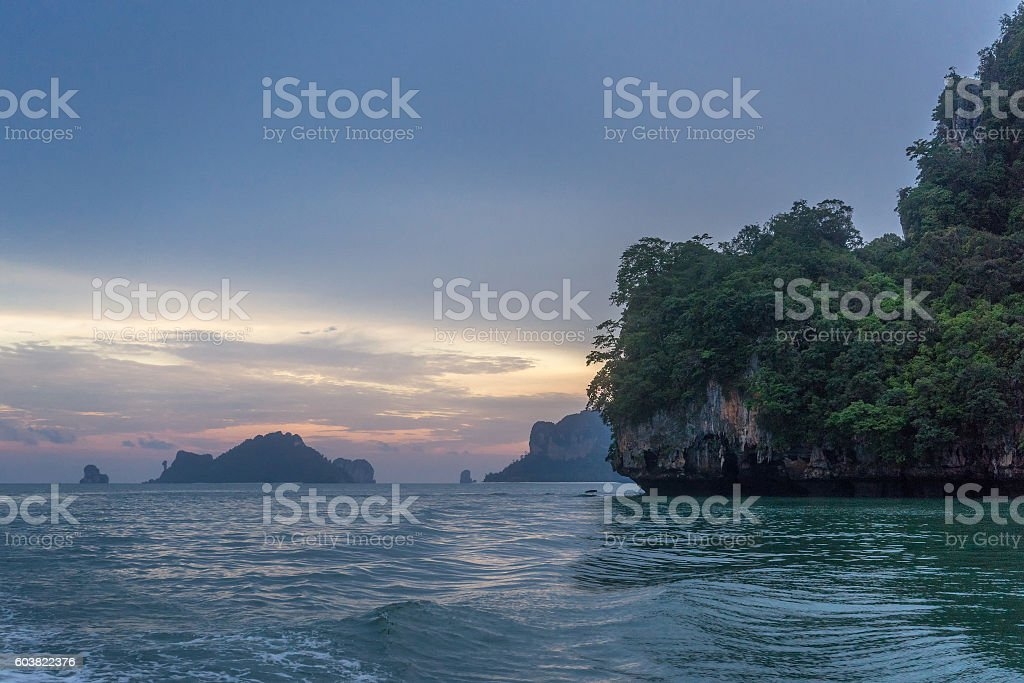 Twilight sky and sunset in Krabi with rocky islands photo libre de droits