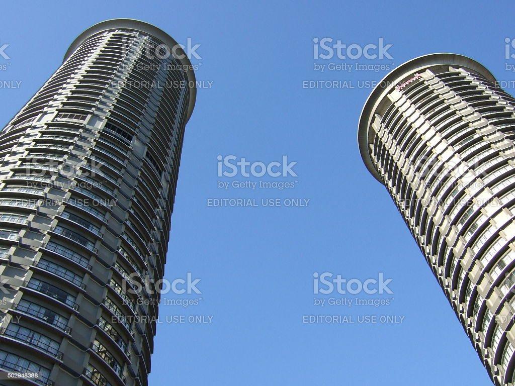 Torres gemelas en el cielo azul foto de stock libre de derechos
