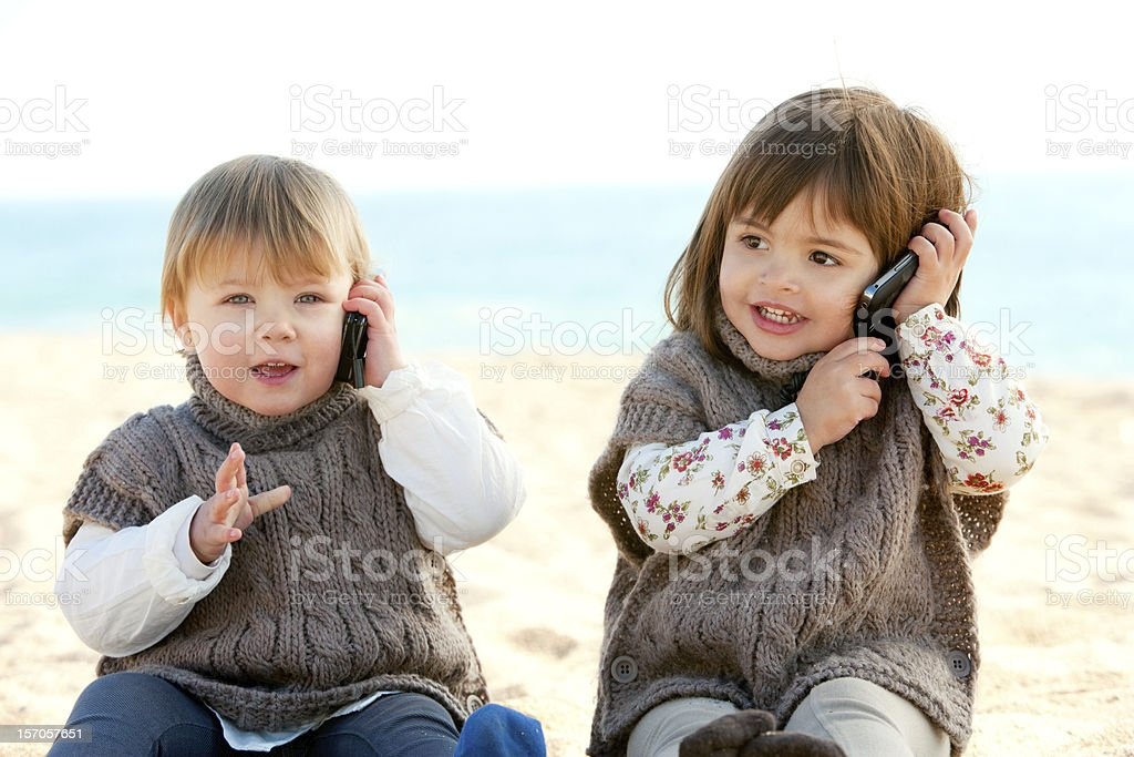 babie deux jeunes filles parler sur téléphone portable. photo libre de droits