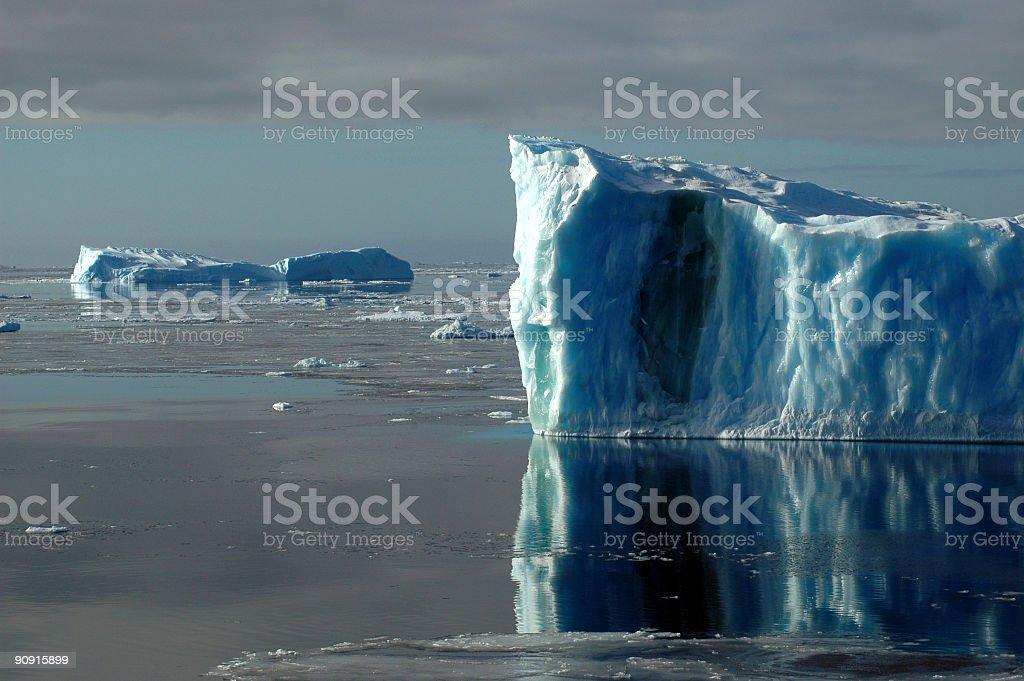 2 つの青色南極 icebergs ロイヤリティフリーストックフォト