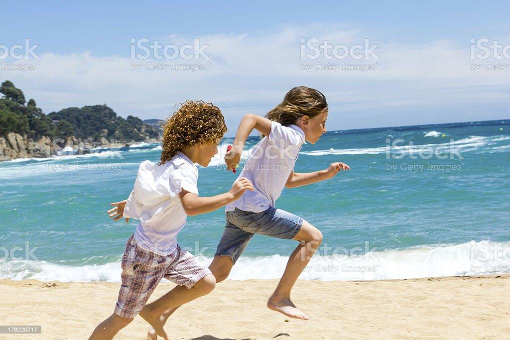 Deux garçons courir sur la plage. photo libre de droits