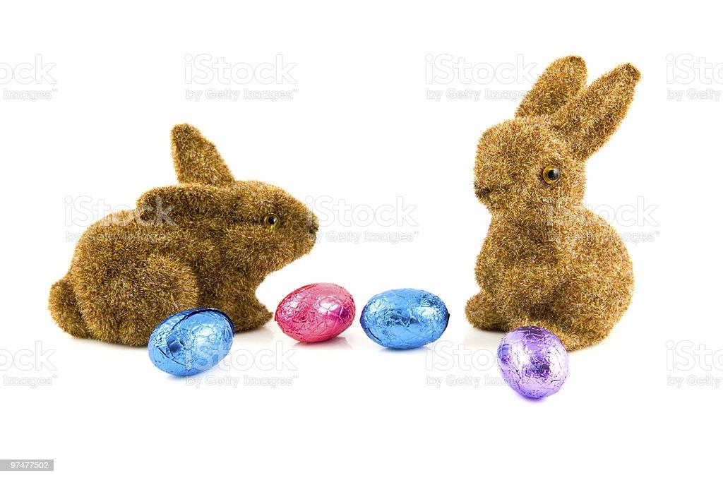Deux lapins, œufs en chocolat photo libre de droits