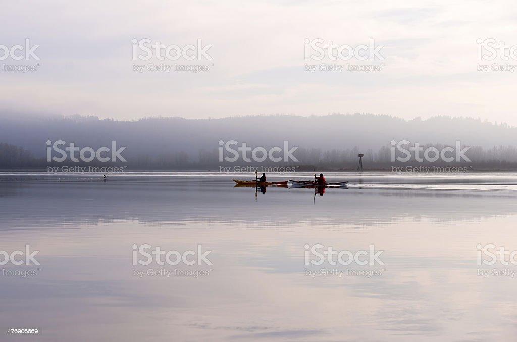 Due canoa sul fiume Columbia in vista spettacolare foto stock royalty-free