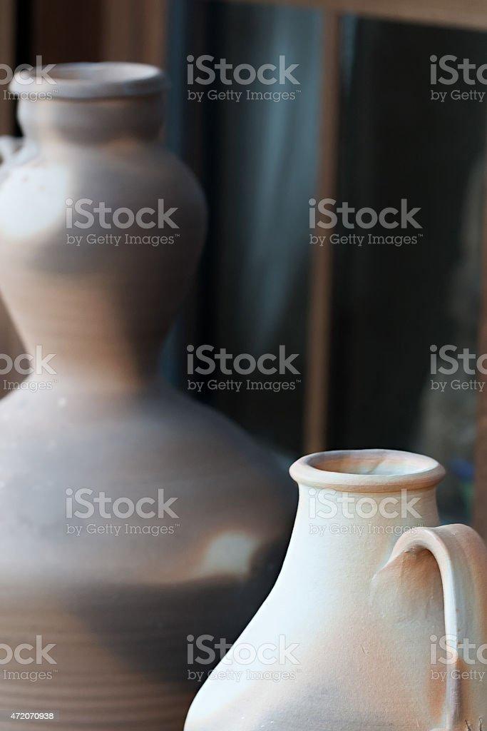 Dois vasos de cerâmica com janelas de madeira rústica foto royalty-free