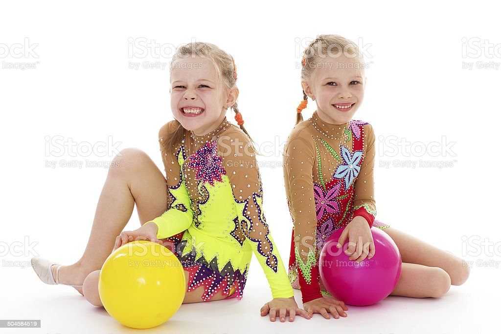Deux charmants sisters adore jouer au ballon. photo libre de droits