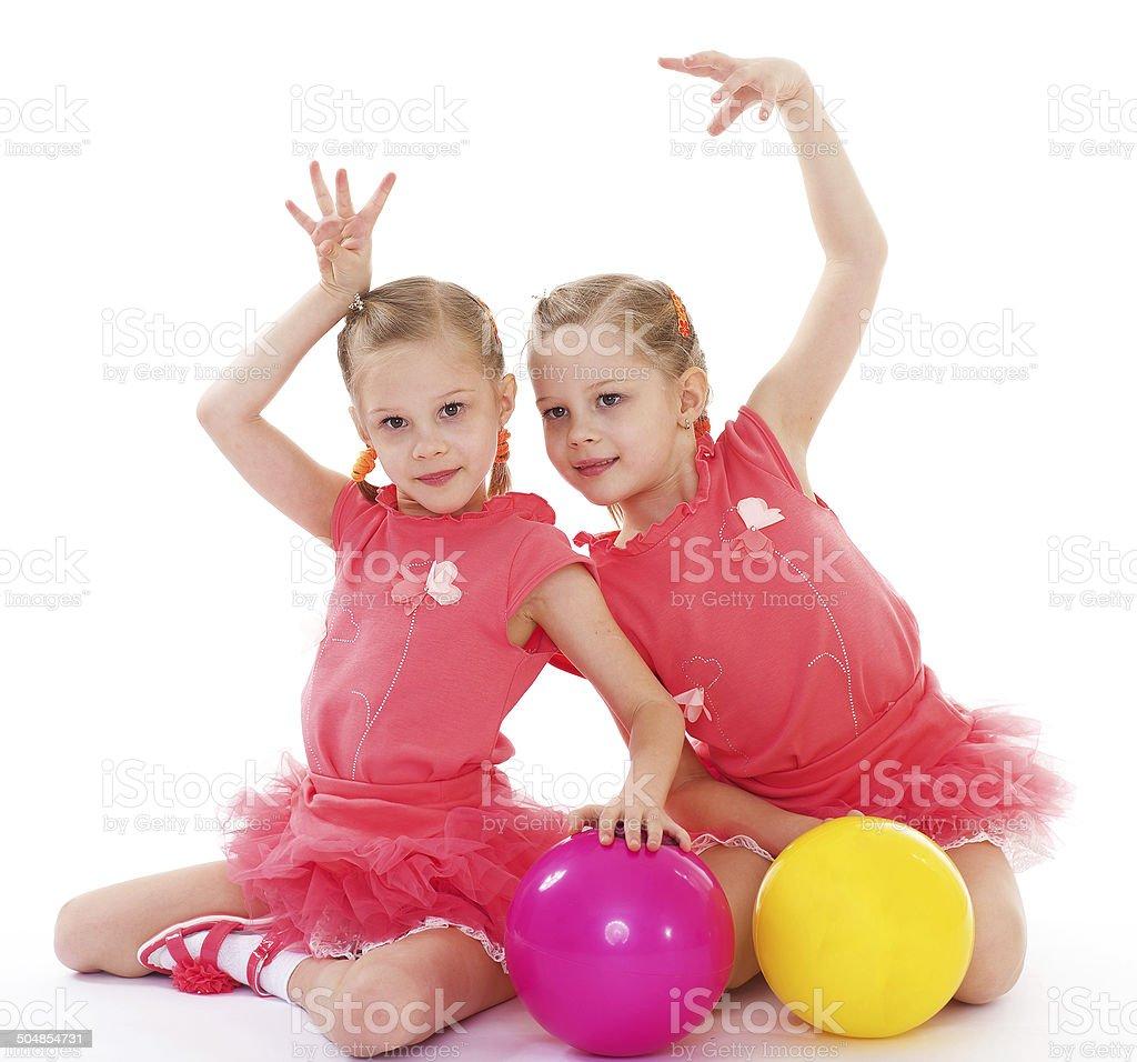Deux charmants sisters adore jouer au ballon. photo libre de droits