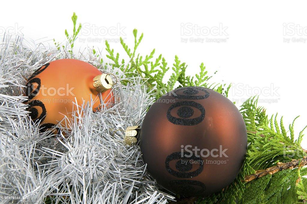 Deux boules de Noël avec des branches et ruban photo libre de droits