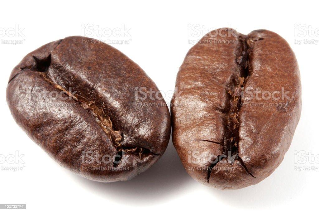 Zwei Kaffeebohnen auf Weiß Lizenzfreies stock-foto