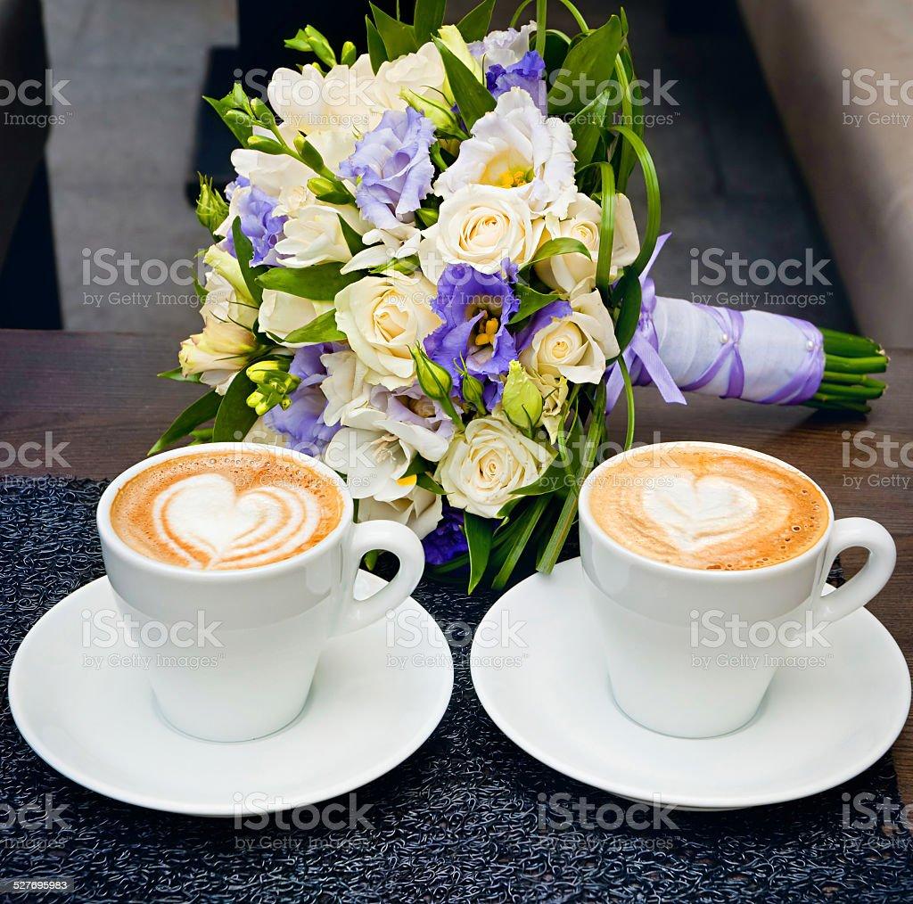 Deux tasses de café sur la table, avec bouquet de la mariée. photo libre de droits