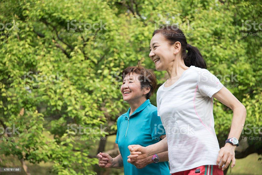 노인 실행 중인 두 여성 park royalty-free 스톡 사진
