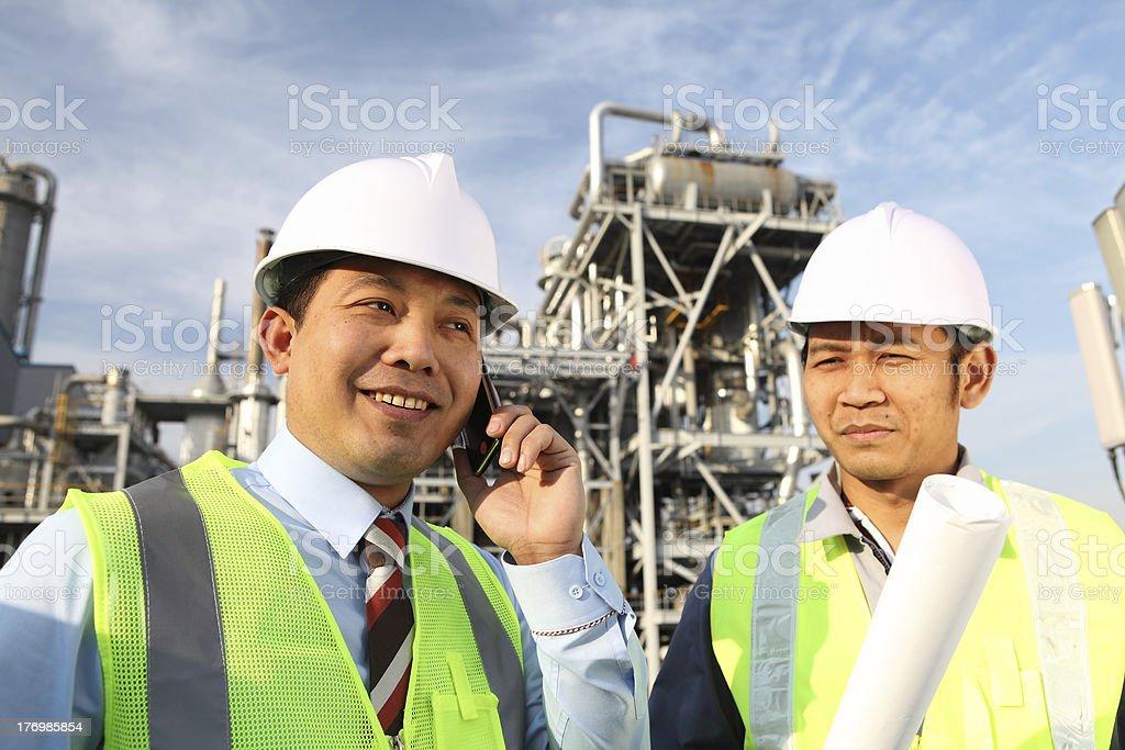 Zwei Ingenieur in Öl Industrie Lizenzfreies stock-foto