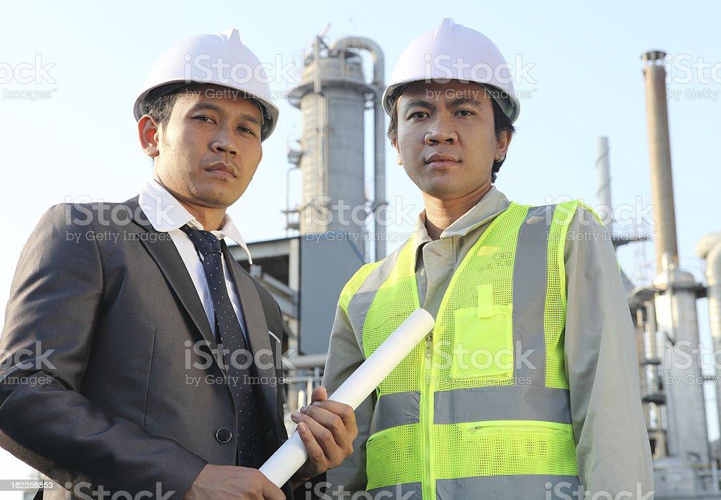 Zwei Ingenieur in Öl Raffinerie Lizenzfreies stock-foto