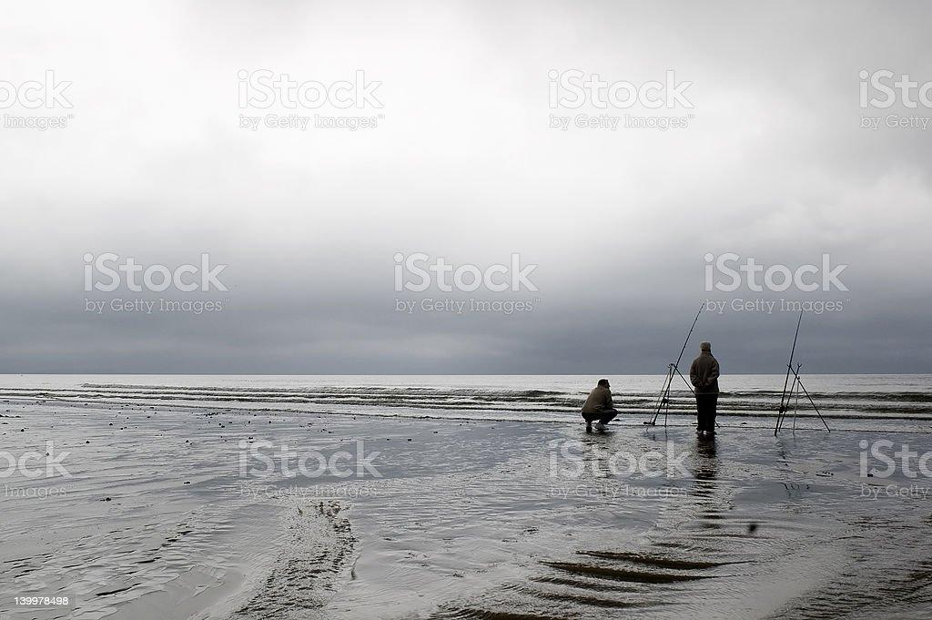 ビーチでの 2 つの漁師 ロイヤリティフリーストックフォト