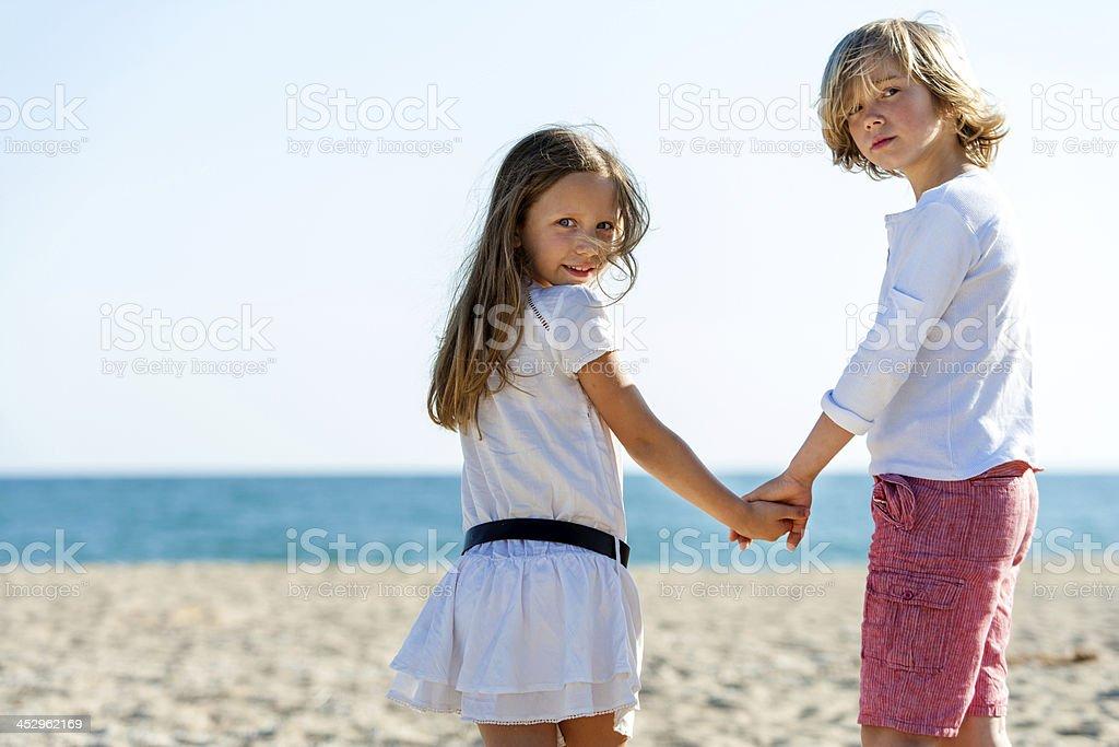 Deux amis, tenant les mains sur la plage. photo libre de droits