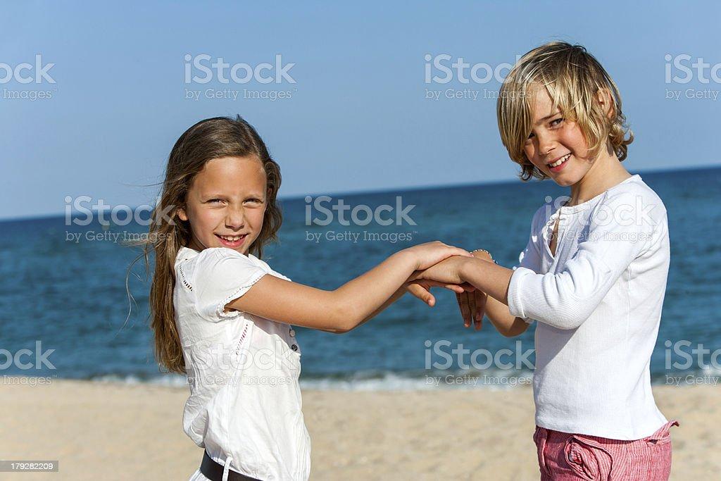 Deux amis jouant des jeux sur la plage. photo libre de droits