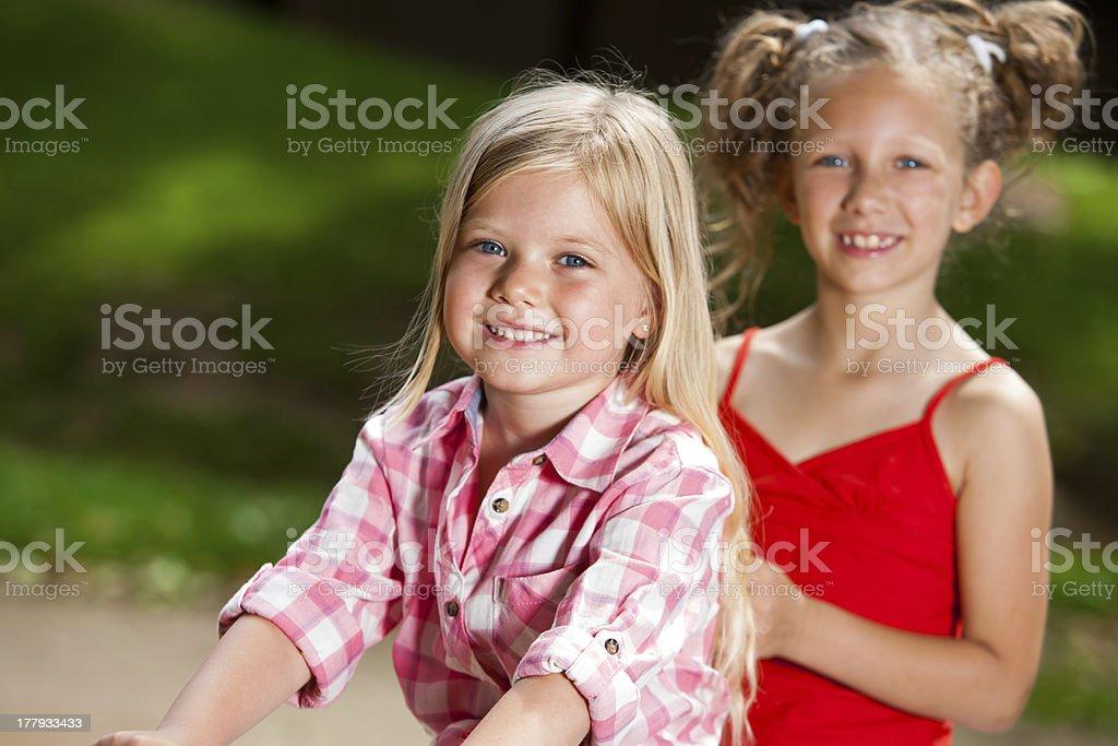 Deux amis ensemble dans le parc. photo libre de droits